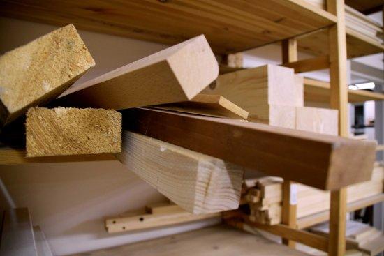 Holzbretter in einem Regal