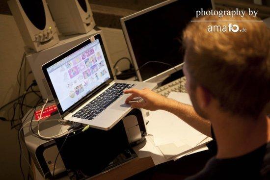 Junger Mann am Laptop