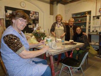 Eine Gruppe von Senioren beim Töpfern in der Keramikwerkstatt