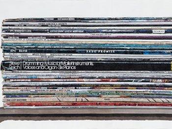 Die Collage von Marcel Odenbach zeigt einen Stapel Schallplatten auf einem Regal.
