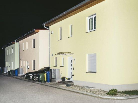 Beleuchtete Häuserzeile bei Nacht