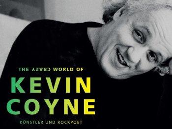 schwarz-weiß Fotografie des Künstlers Kevin Coyne mit Schriftzug des Ausstellungstitels im Vordergrund