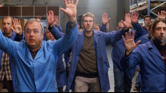 Menschen halten die Hände hoch