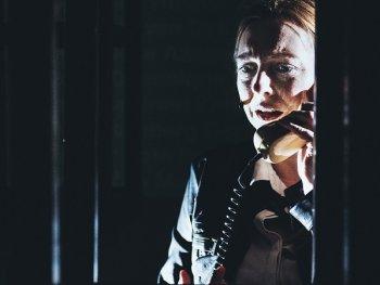 verzweifelte Frau mit Telefon in der Hand