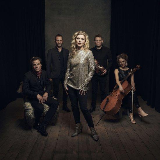 Helene Blum im Vordergrund und die 4 Bandmitglieder dahinter