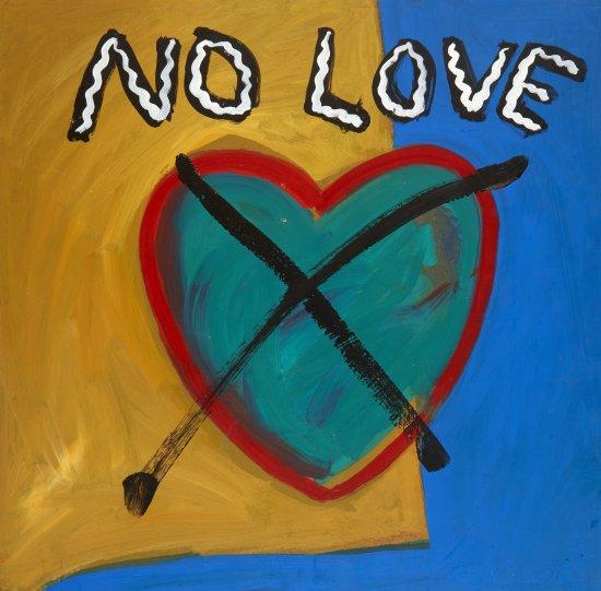 Schriftzug No Love mit einem durchgestrichenen Herz vor farbigem Hintergrund