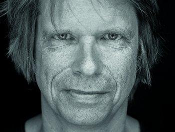 Schwarz weiß Portrait von Tristan Vogt.
