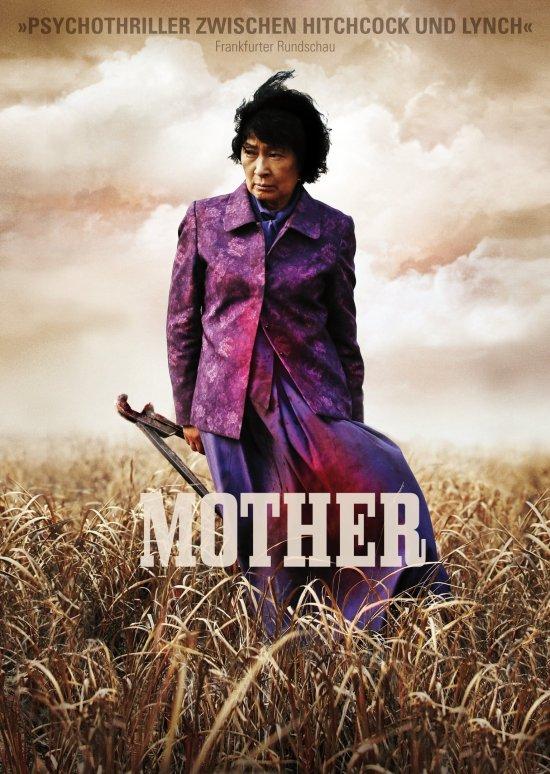 Filmplakat zu MOTHER. Eine Frau steht mit einer Waffe in der Hand im Kornfeld.