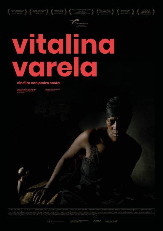 Filmplakat zu VITALINA VARELA. Eine Frau sitzt aufrecht auf einem Bett in einem dunklen Zimmer.