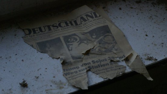 Man sieht eine zerrissene Zeitung aus dem Jahr 1978.
