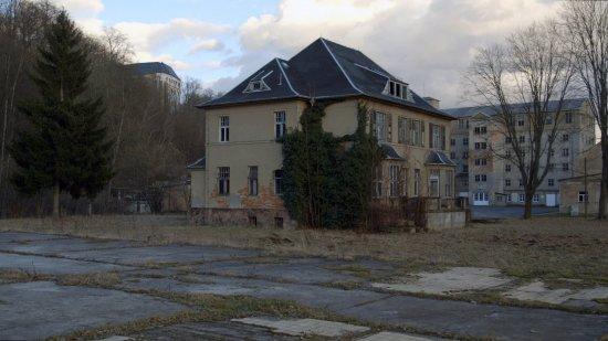Man sieht eine Villa.