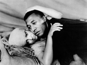 Schwarzweiß-Foto. Eine Frau und ein Mann umarmen sich.