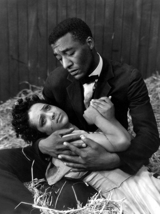 Schwarzweiß-Foto. Eine Frau wird von einem Mann im Arm gehalten.