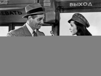 Schwarzweiß-Foto. Eine Frau hält einem Mann einen Schraubenzieher hin.