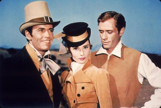 Eine Frau steht zwischen zwei Männern. Alle tragen historische Gewänder.