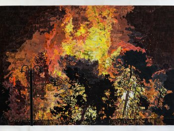 Die Collage von Marcel Odenbach zeigt einen brennenden Wald.