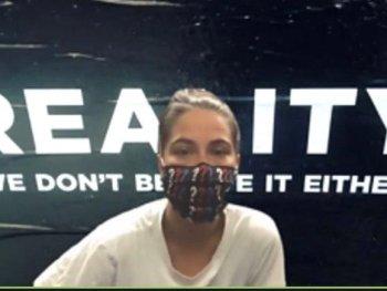 Johanna Steinhauser mit Maske blickt in die Kamera
