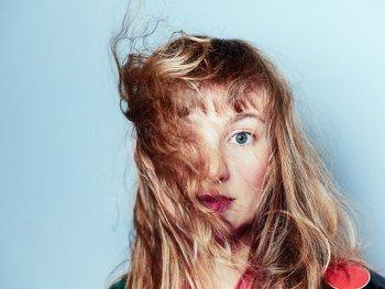 Portrait von Inger Nordvik. Ihre Haare wehen ihr ins Gesicht.