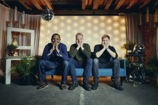 Die drei Künstler sitzen auf dem Sofa
