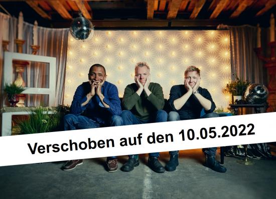 Tingvall Trio auf einem Sofa. Banner mit: Verschoben auf den 10.05.2022