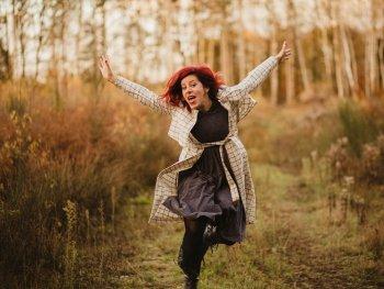 Künstlerin Betsy Dentzer auf einem Waldweg