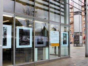 Die Schaufensterausstellung am Glasbau des Künstlerhauses