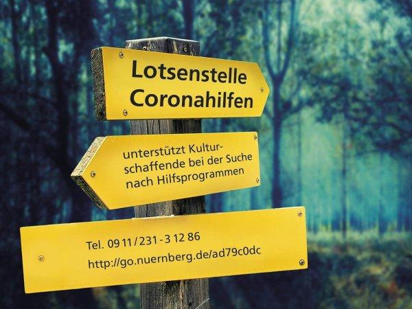 Hinweisschilder im Wald mit der Aufschrift Lotsenstelle Coronahilfen