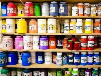 Farbregal in der Siebdruckwerkstatt