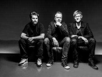 Wolfgang Haffner Trio schwarz weiß, sitzen im leeren Raum