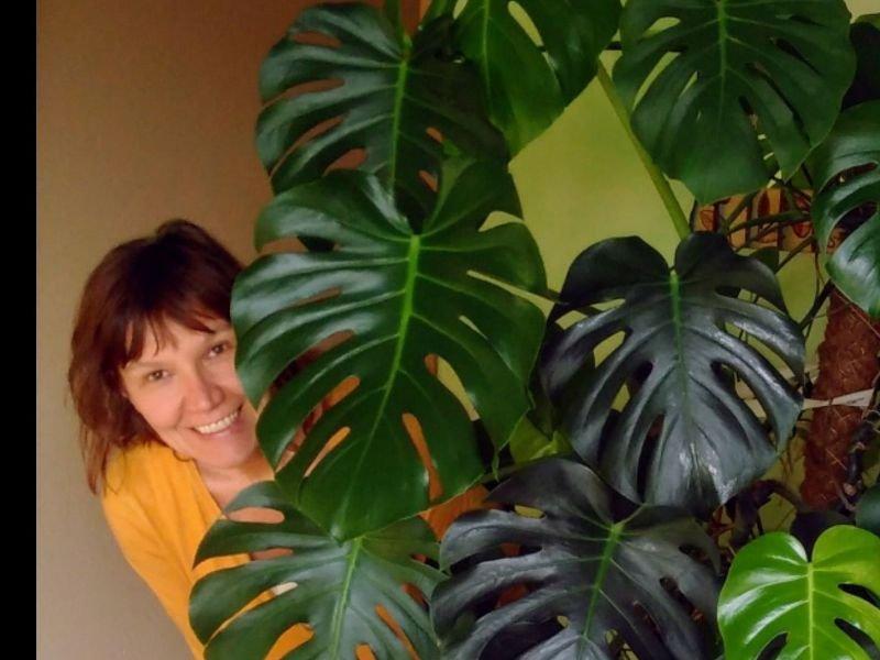 Dozentin hinter Pflanze