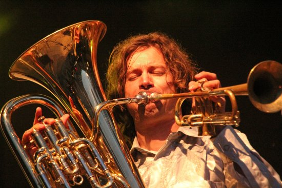 Matthias Schriefl mit Tuba und Trompete