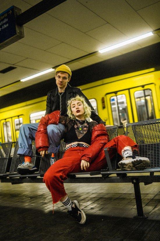 beide Künstler sitzend in der Ubahn-Station