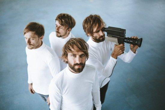 Vier Bandmitglieder im weißen Rolli von oeben fotgrafiert