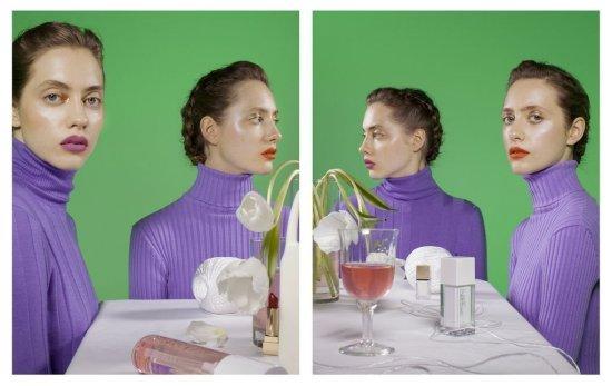 Die beiden Fotografien von Barbara Probst zeigen Zwillinge, die gleichzeitig aus zwei verschiedenen Kameraperspektiven aufgenommen wurden. Jeweils eine der beiden Frauen blickt dabei direkt in eine Kamera..