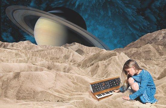 Mädchen am e-Piano auf Planeten, im Hintergrund der Saturn