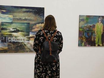 Besucherin beim Betrachten eines Bildes in der Ausstellung NN-Kunstpreis 2020
