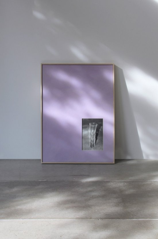 Die Abbildung zeigt ein großformatiges Bild, das an einer Wand lehnt. Auf der lilafarbenen Grundfläche befindet sich rechts unten ein kleines Bild mit vier ineinandergesteckten Gläsern. Die ganze Szene ist geprägt von unterschiedlichsten Licht- und Schattenwürfen.