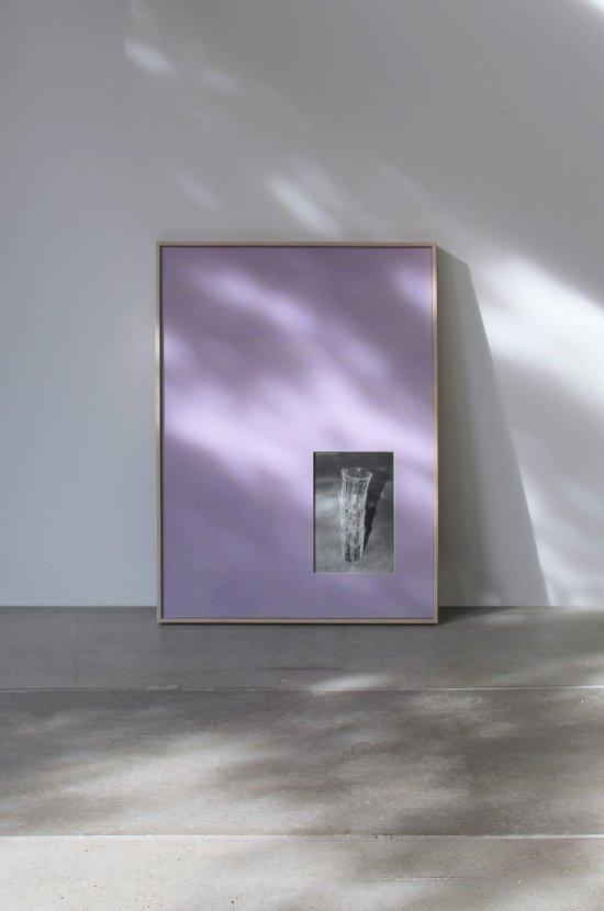 Die Abbildung zeigt ein großformatiges Bild, das an einer Wand lehnt. Auf der lilafarbenen Grundfläche des Bildes befindet sich rechts unten ein kleines Bild mit vier ineinandergestellten Trinkgläsern. Die ganze Szenerie ist geprägt von unterschiedlichsten Licht- und Schattenwürfen.