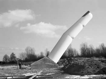 Die pneumatische Skulptur Wegweiser von Haus-Rucker-Co an der Anfahrt zum Nürnberger Flughafen vor ihrer Zerstörung