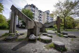 Die Wasserbrücke aus Granit in Langwasser, gefertigt von der japanischen Künstlergruppe anlässlich des Symposion Urbanum Nrünberg 1971