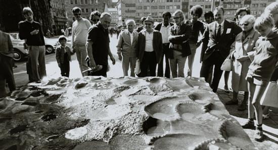 Der Bildhauer Karl Prantl 1971 während der Arbeit an seinem Granitstein am Hauptmarkt