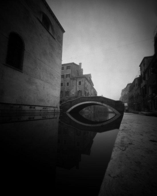 Der Kanal Rio della Misericordia in Venedig mit Brücke. Links und rechts im Hintergrund sieht man einige Gebäude