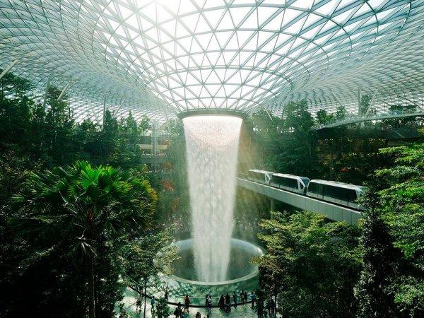 Computersimulation einer futuristischen Stadt unter einem Glas-Kuppeldach