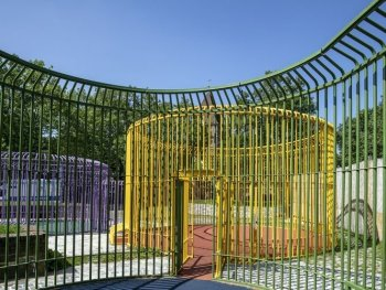 Drei farbige, begehbare Pavillons auf der Insel Schütt in Nürnberg