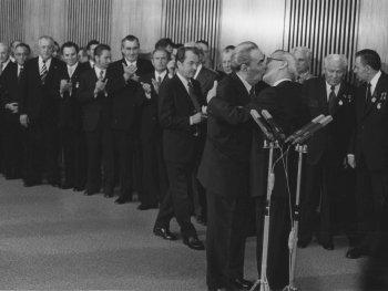 """""""Bruderkuss"""" von Leonid Breschnew und Erich Honecker am 30. Jahrestag der DDR in Ost-Berlin, 1979"""