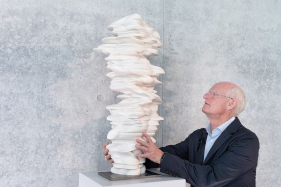 Der Künstler Tony Cragg mit dem Modell seiner Skulptur Werdendes.