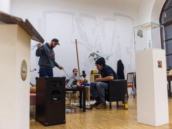 Rapper von Lass weng flown beim Musikmachen im Kunsthaus